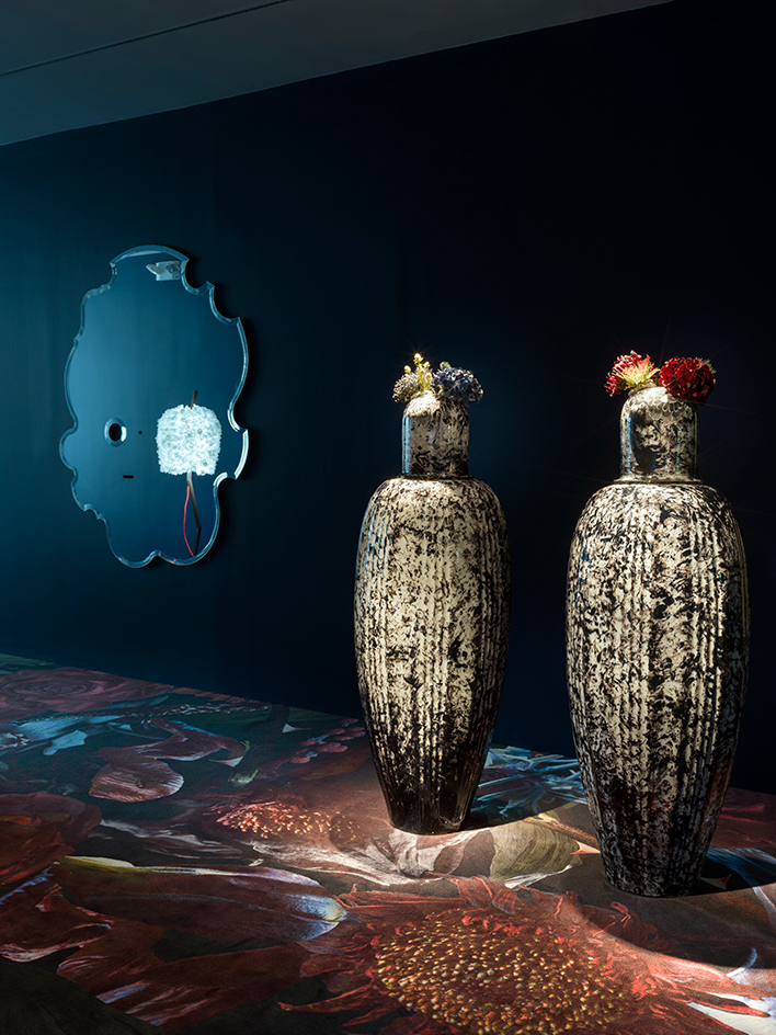 The two large vases, dubbed 'Shiqule Nuhai', play tribute to the Dutchman's vast collection of Delft jewellery, taking on a personal twist, where he substitutes the traditional blue with black, reflecting his darker and more intimate side.