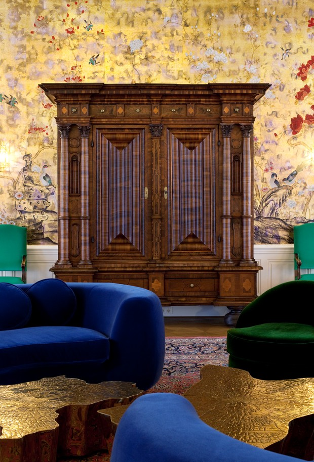 An enormous quantity of ornaments on wallpapers, fabrics and carpets in compositions that appear randomly but are precisely attuned, have a warm and familiar, but at the same time surprising and unexpected effect.