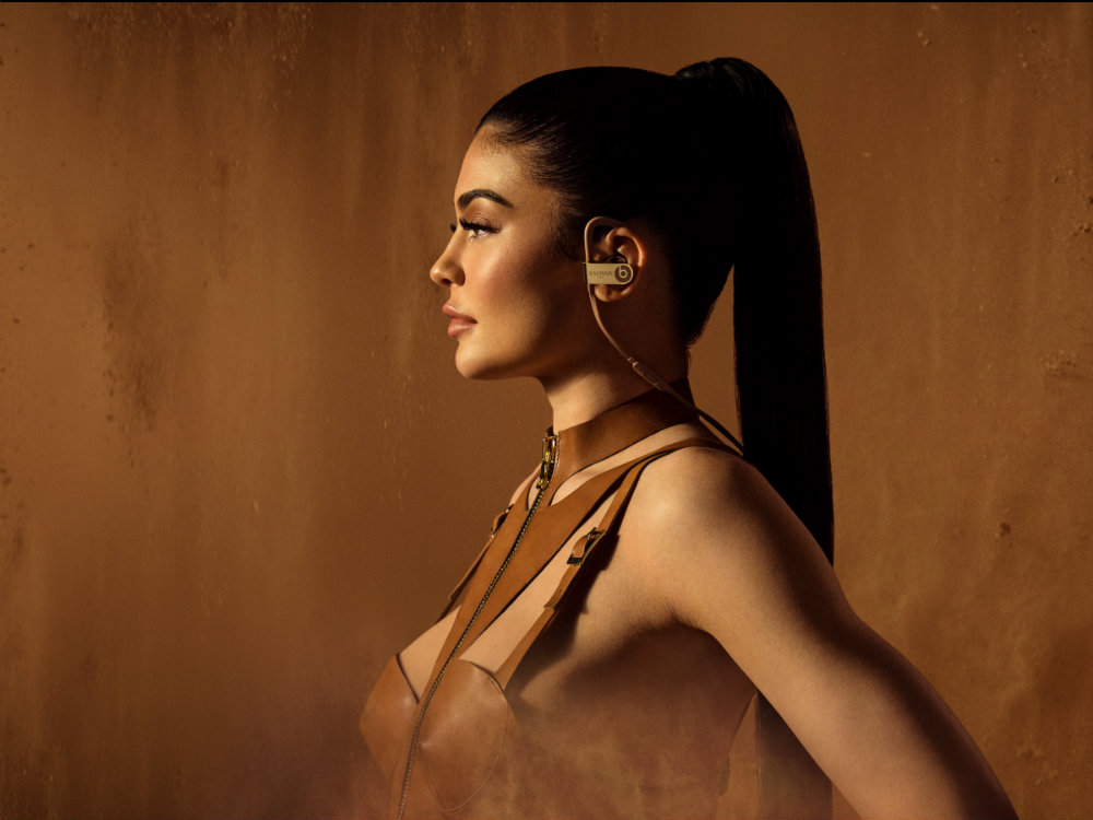 Kylie Jenner and new heavenly limited edition Beats Headphones kylie jenner Kylie Jenner and new heavenly limited edition Beats Headphones balmainkyliejennerpb3wsafari0230v5