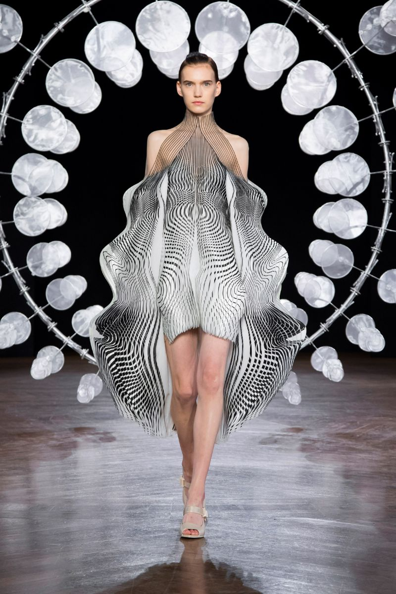 Try Not To Get Hypnotized By This Couture Collection (2)
