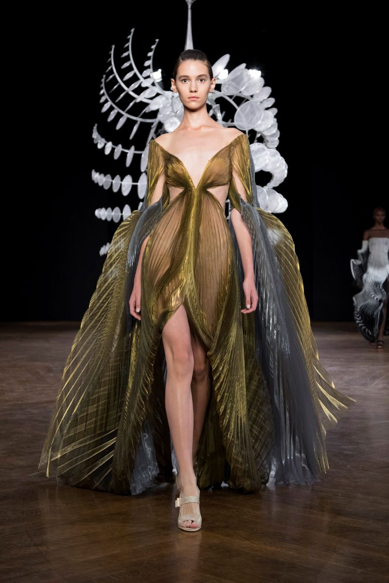 Try Not To Get Hypnotized By This Couture Collection (5)