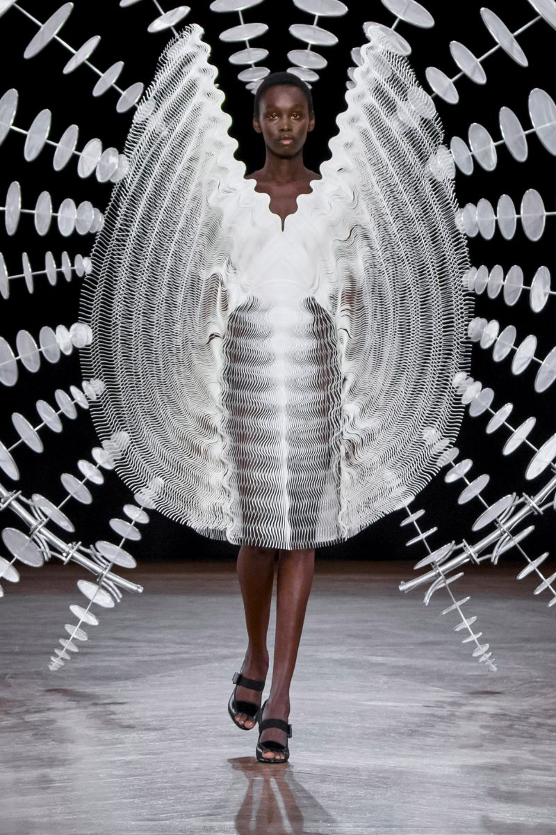 Try Not To Get Hypnotized By This Couture Collection (8)